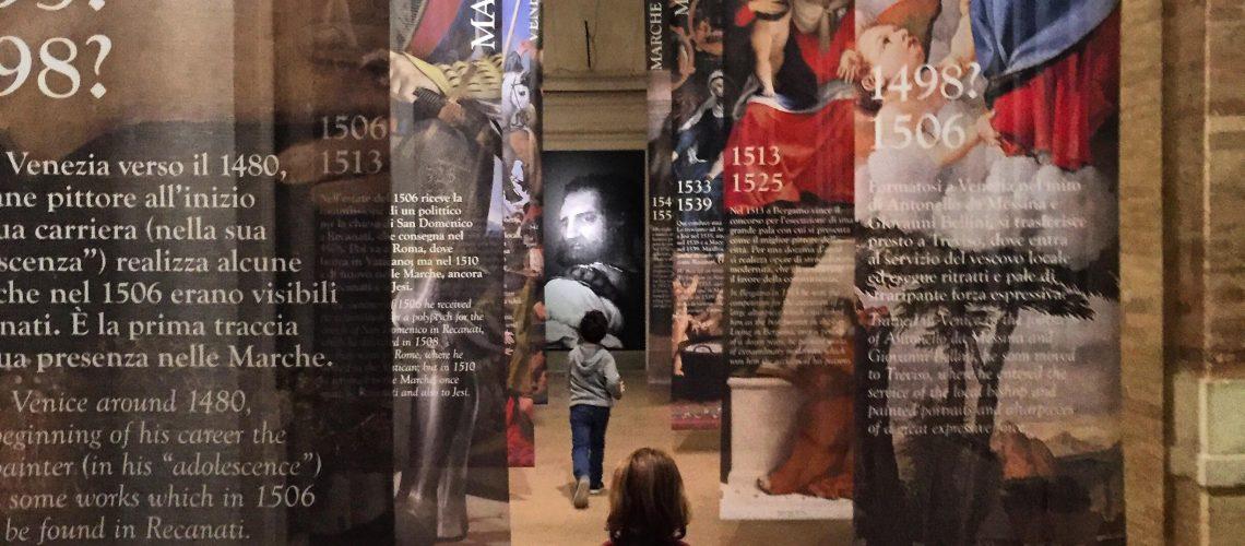 bambini che visitano la mostra Lorenzo Lotto ilrichiamo delle Marche a Macerata